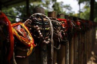 Gebets-und Gedenkketten am Zaun zu einem Massengrab.