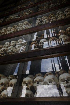 Die zum Gedenken aufgeschichteten Schädel der Opfer.