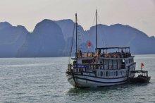 Ha Long Bay mit einem Schiff